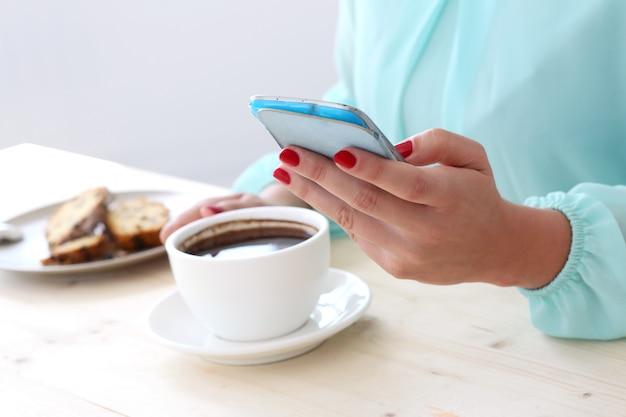 Вкусный кофе на столе Бесплатные Фотографии