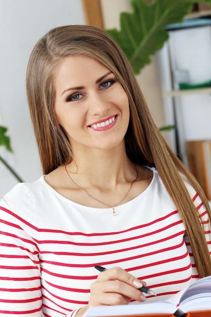 Красивая девушка с великолепным лицом Бесплатные Фотографии