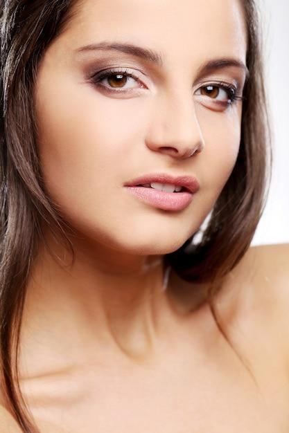 茶色の目で魅力的ですが深刻な女の子 無料写真