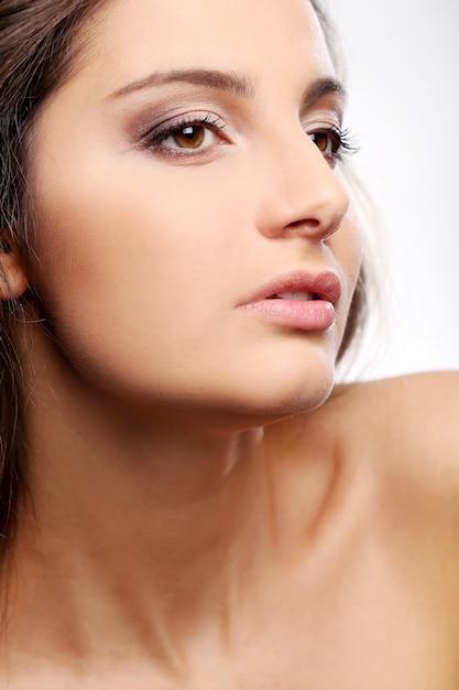Привлекательная, но серьезная девушка с карими глазами Бесплатные Фотографии