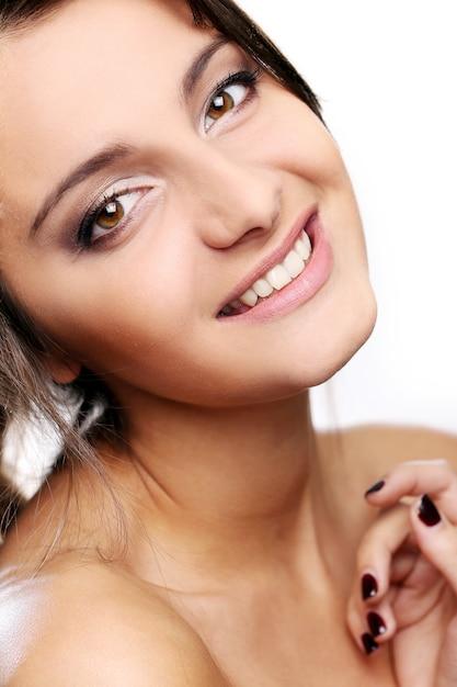 茶色の目で魅力的で幸せな女の子 無料写真