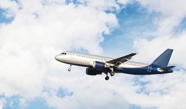 曇り空を飛んでいる飛行機 無料写真