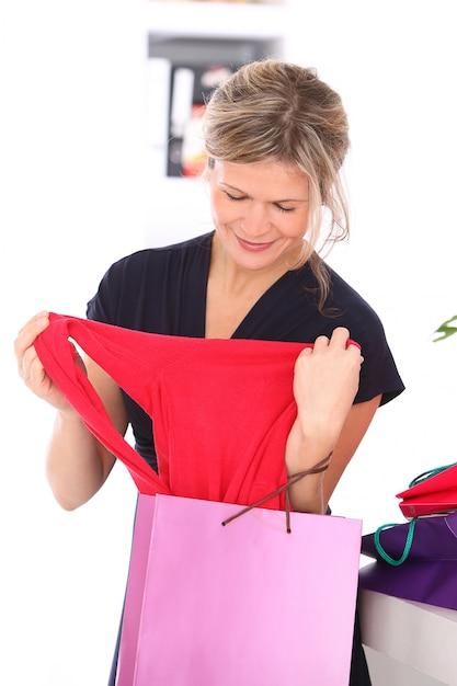 Блондинка с красной блузкой в руках Бесплатные Фотографии