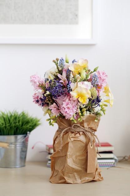 テーブルの上の花束 無料写真