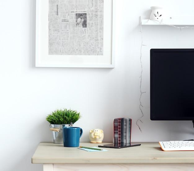ワークスペース。テーブル上のオブジェクト 無料写真