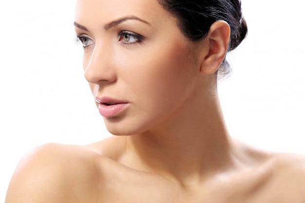 真剣な表情と完璧な肌を持つ美しい少女 無料写真