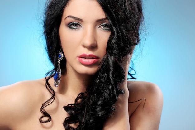 Великолепная женщина с красивым лицом и макияжем Бесплатные Фотографии