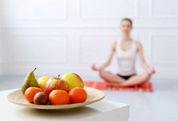 Стиль жизни. красивая девушка во время тренировки йоги Бесплатные Фотографии