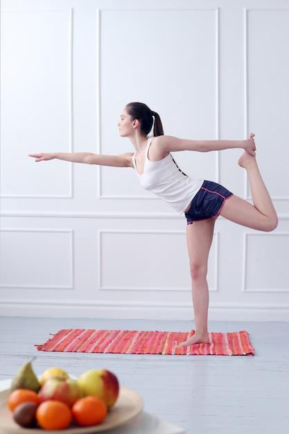 ライフスタイル。ヨガの練習中に美しい少女 無料写真
