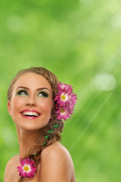 Красивая женщина с макияжем и цветами Бесплатные Фотографии