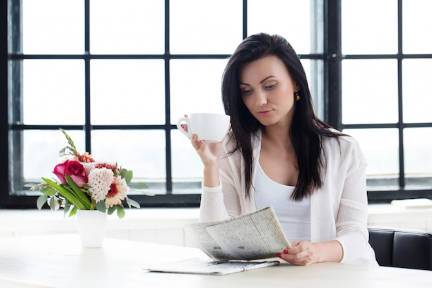 コーヒーを飲みながらかわいい女の子 無料写真