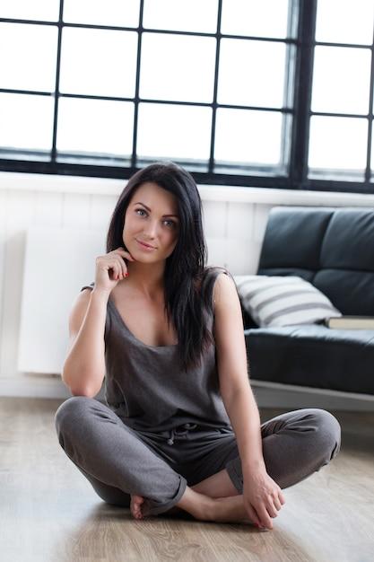床に座っているかわいい女の子 無料写真