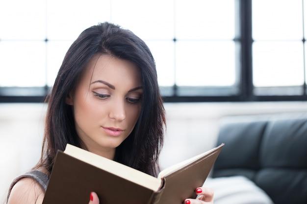 本を読んでかわいい女の子 無料写真