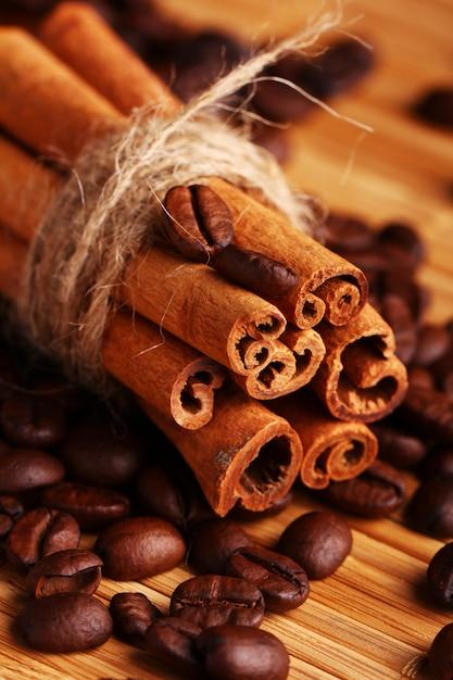 シナモンスティックとコーヒー豆 無料写真