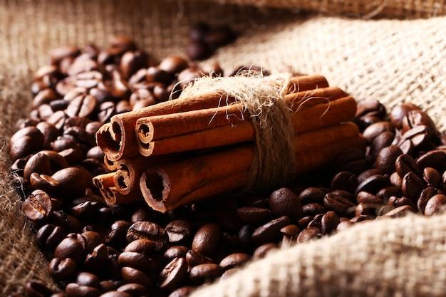 コーヒー豆とシナモンスティック 無料写真