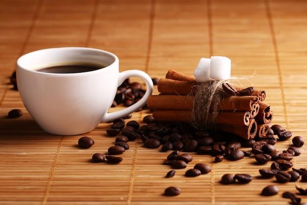 一杯のホットコーヒーとシナモンスティック 無料写真