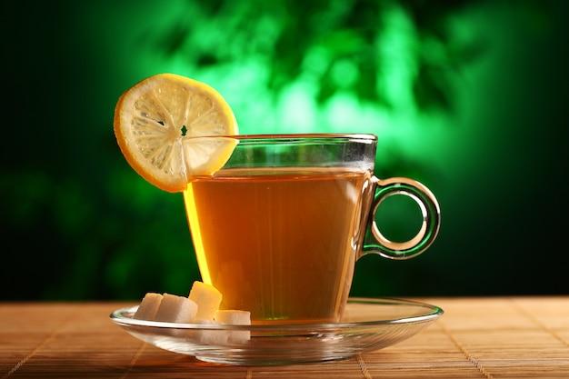 Чашка горячего зеленого чая с сахаром и лимоном Бесплатные Фотографии