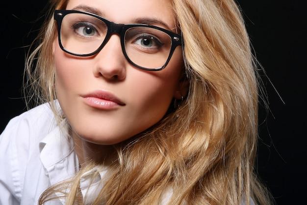 Красивая молодая женщина изолирована Бесплатные Фотографии