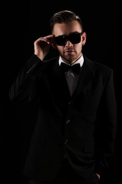上司、紳士。黒のスーツで魅力的なビジネスマン 無料写真