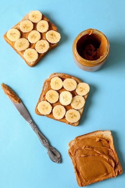 バナナとピーナッツバターのサンドイッチ 無料写真