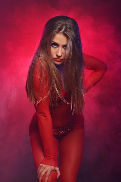 赤でセクシーなダンサー 無料写真