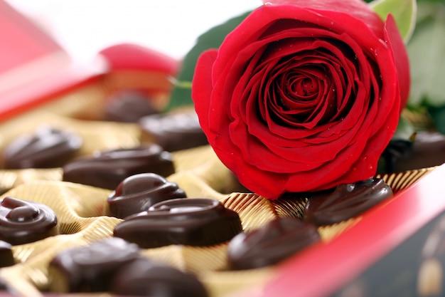 赤いバラとチョコレート菓子 無料写真