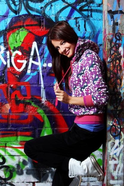 落書きの壁に若い女性 無料写真