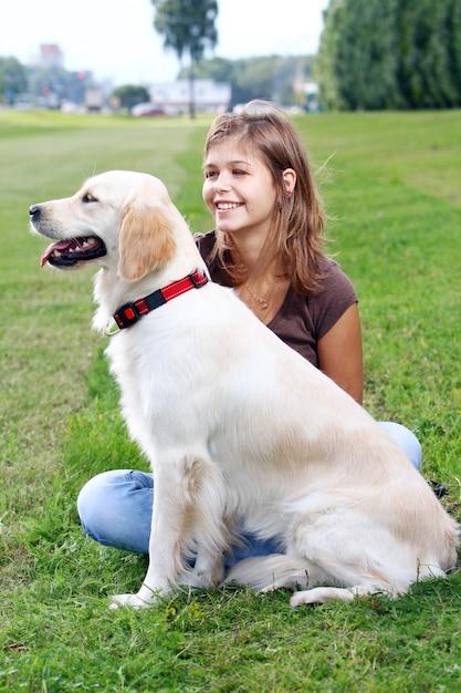 Молодая женщина с ее собакой Бесплатные Фотографии