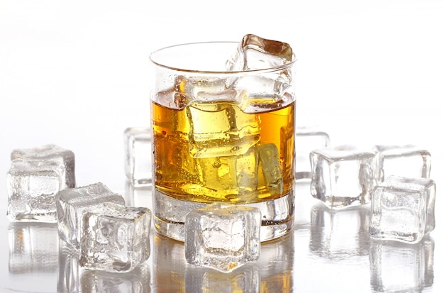 冷たいウイスキーとグラス 無料写真