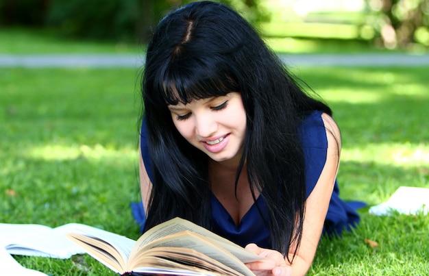 公園で勉強していた美しい少女 無料写真
