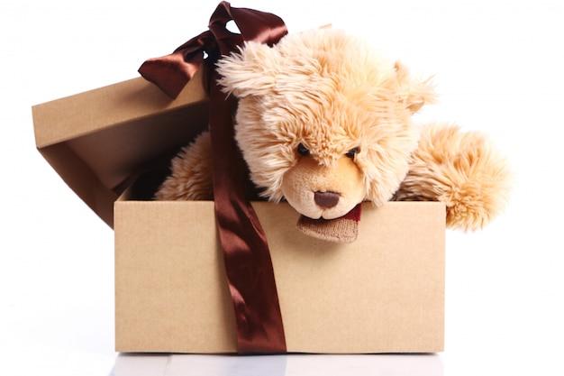 Милый плюшевый мишка в подарочной коробке Бесплатные Фотографии