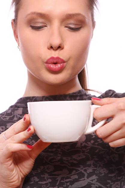 Молодая женщина с чашкой горячего кофе Бесплатные Фотографии