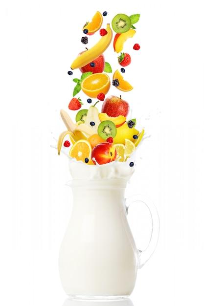 牛乳が入った瓶に落ちる新鮮な果物 無料写真