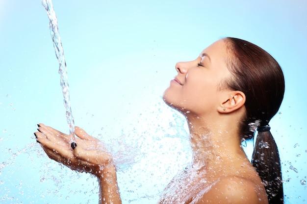 水のしぶきの下で美しい女性 無料写真