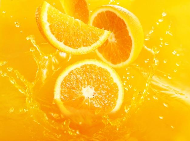 ジュースに落ちる新鮮なオレンジ 無料写真