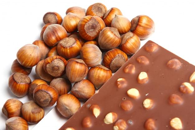 ヘーゼルナッツとおいしいチョコレートのクローズアップ 無料写真