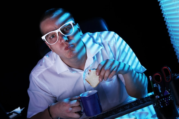 夜にインターネットをサーフィンするオタク 無料写真
