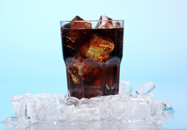 ガラスの新鮮なコーラを飲む 無料写真