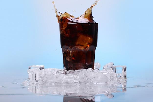 冷たいコーラの飲み物のしぶき 無料写真