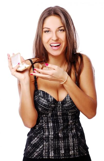 ボックスに宝石と幸せな女 無料写真