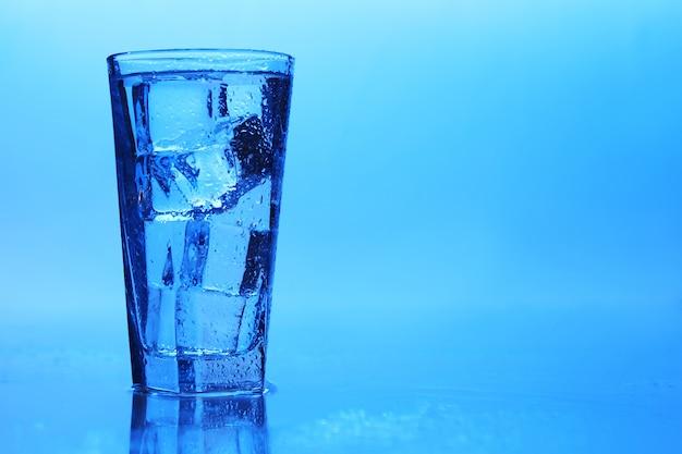 氷の入った透明な水 無料写真