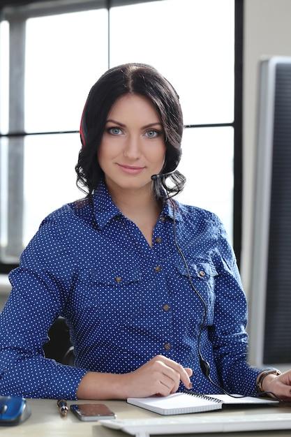 オフィスの女性 無料写真