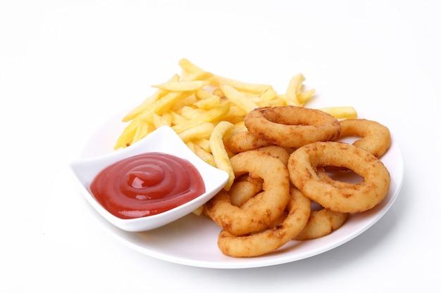 Луковые кольца и картофель фри на тарелке Бесплатные Фотографии