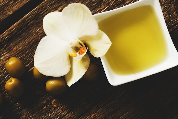 花とオリーブオイル 無料写真