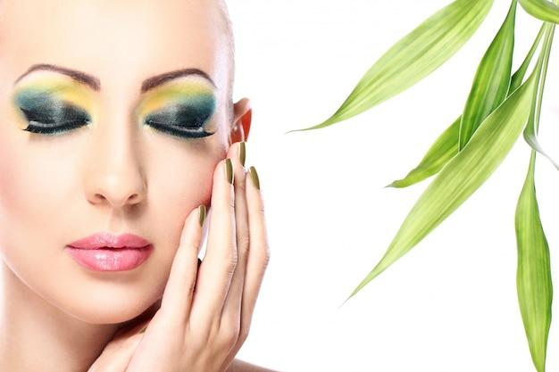 Красивая блондинка с бамбуковыми листьями Бесплатные Фотографии