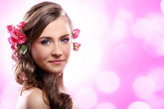 Красивая женщина с розами в волосах Бесплатные Фотографии
