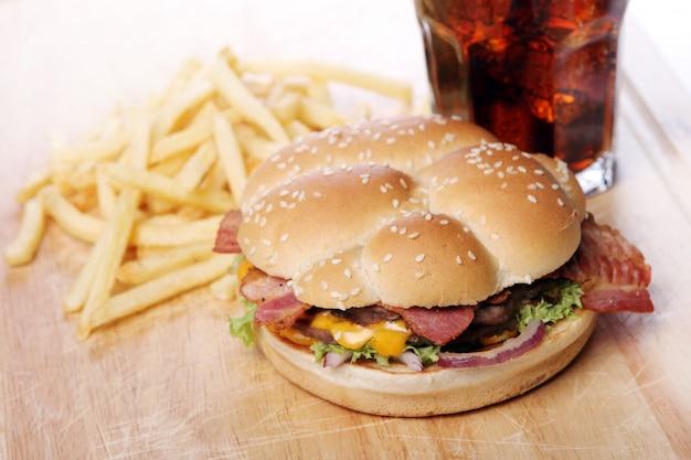 Большой бургер и чипсы Бесплатные Фотографии