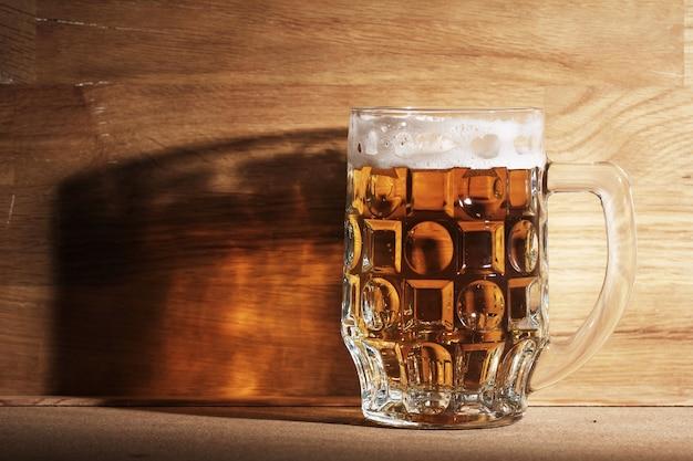 木製の表面上のビールのグラス 無料写真