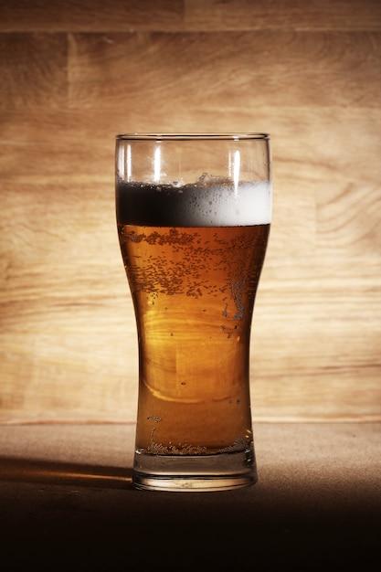 Стакан пива на деревянной поверхности Бесплатные Фотографии
