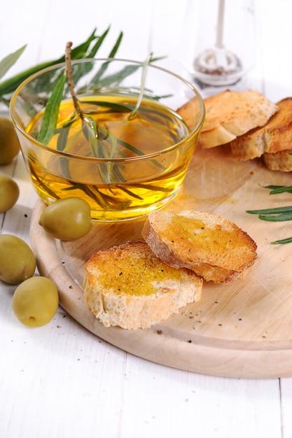 オリーブオイルとパンとスプーン 無料写真